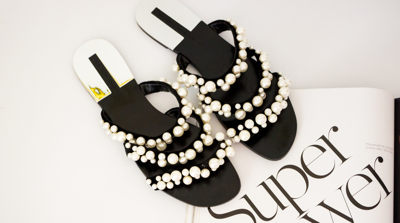 Le Fashionaire The Zara Flip Flops you need now fashion inspiration flip flops black white pearls strips zara porter magazine 5491F EN 805x450