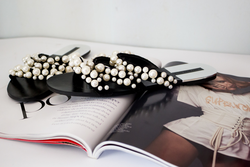 Le Fashionaire The Zara Flip Flops you need now fashion inspiration flip flops black white pearls strips zara porter magazine 5502 EN 805x537