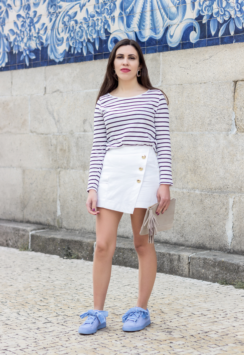 Le Fashionaire How to look chic in sneakers long sleeve white navy stripes stradivarius sweater white gold buttons zara shorts puma suede heart velvet ribbons lavender sneakers 0532 EN 805x1171