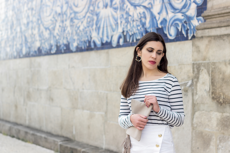 Le Fashionaire How to look chic in sneakers long sleeve white navy stripes stradivarius sweater white gold buttons zara shorts round flowers mango bold earrings nude leather sfera clutch 0618 EN 805x537