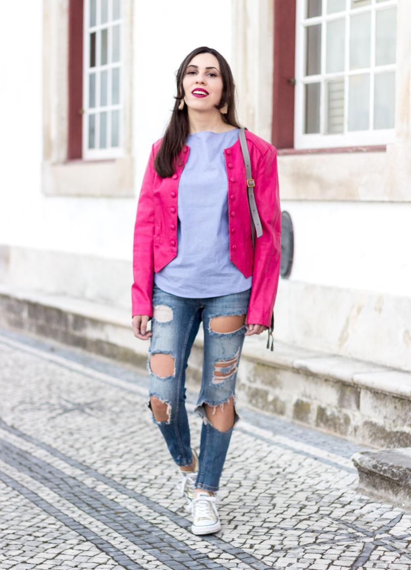 Le Fashionaire As pessoas que nos movem moda inspiracao calcas ganga rasgadas bershka blusao rosa choque botoes antigo camisa azul riscas finas verticais brancas zara 9536 PT 805x1116