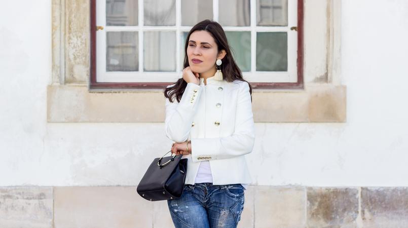 Le Fashionaire Old School moda inspiracao casaco branco zara militar botoes dourados mala preta zara argola dourada brincos brancos franjas castanho grandes mango 2705F PT 805x450