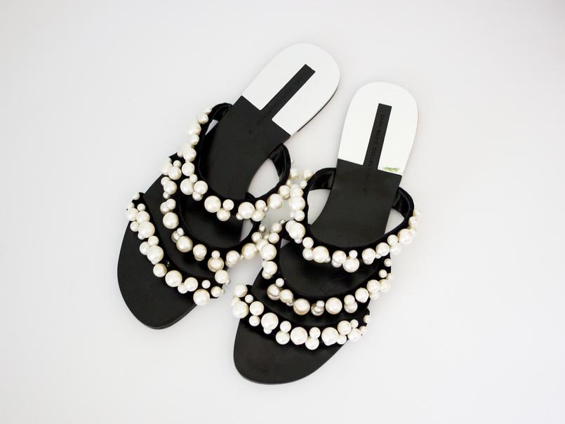 Le Fashionaire Os chinelos da Zara que estão a dar que falar moda inspiracao chinelos pretos tiras perolas brancas zara 5480 PT 805x604