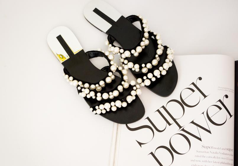 Le Fashionaire Os chinelos da Zara que estão a dar que falar moda inspiracao chinelos pretos tiras perolas brancas zara revista porter 5491 PT 805x564