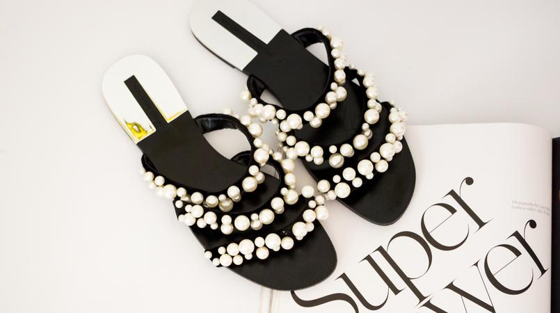 Le Fashionaire Os chinelos da Zara que estão a dar que falar moda inspiracao chinelos pretos tiras perolas brancas zara revista porter 5491F PT 805x450