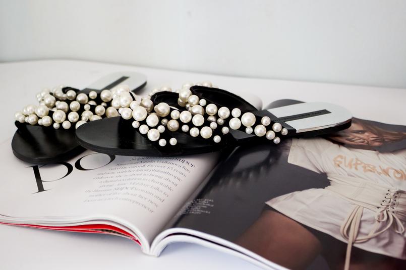 Le Fashionaire Os chinelos da Zara que estão a dar que falar moda inspiracao chinelos pretos tiras perolas brancas zara revista porter 5502 PT 805x537