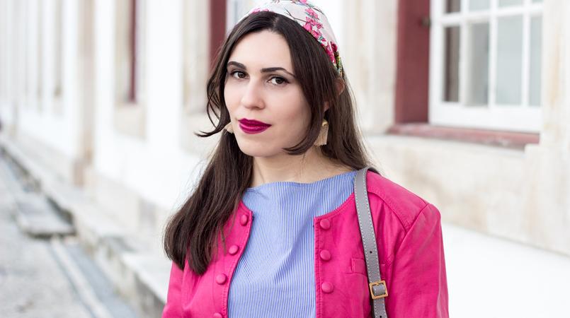 Le Fashionaire As pessoas que nos movem moda inspiracao lenco seda passaros primavera accessorize blusao rosa choque botoes antigo camisa azul riscas finas verticais brancas zara 9516F PT 805x450