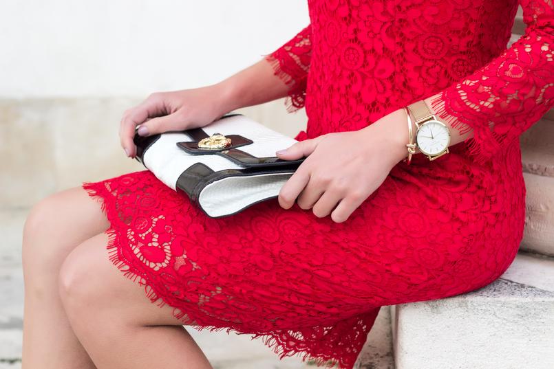 Le Fashionaire Fala me de amor relogio dourado vestido vermelho midi renda hm clutch preta branca pele serpente 0059 PT 805x537