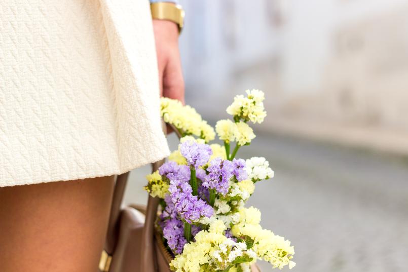 Le Fashionaire Medo da solidão saia mango branca botoes frente dourados camisola mangas renda lavanda flores amarelas roxas primavera Relogio dourado rosefield watches 1978 PT 805x537
