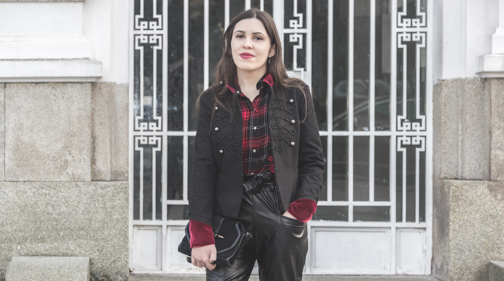 Le Fashionaire Surround yourself with people who make you better tartan red black zara shirt military black velvet red details stradivarius 1924F EN