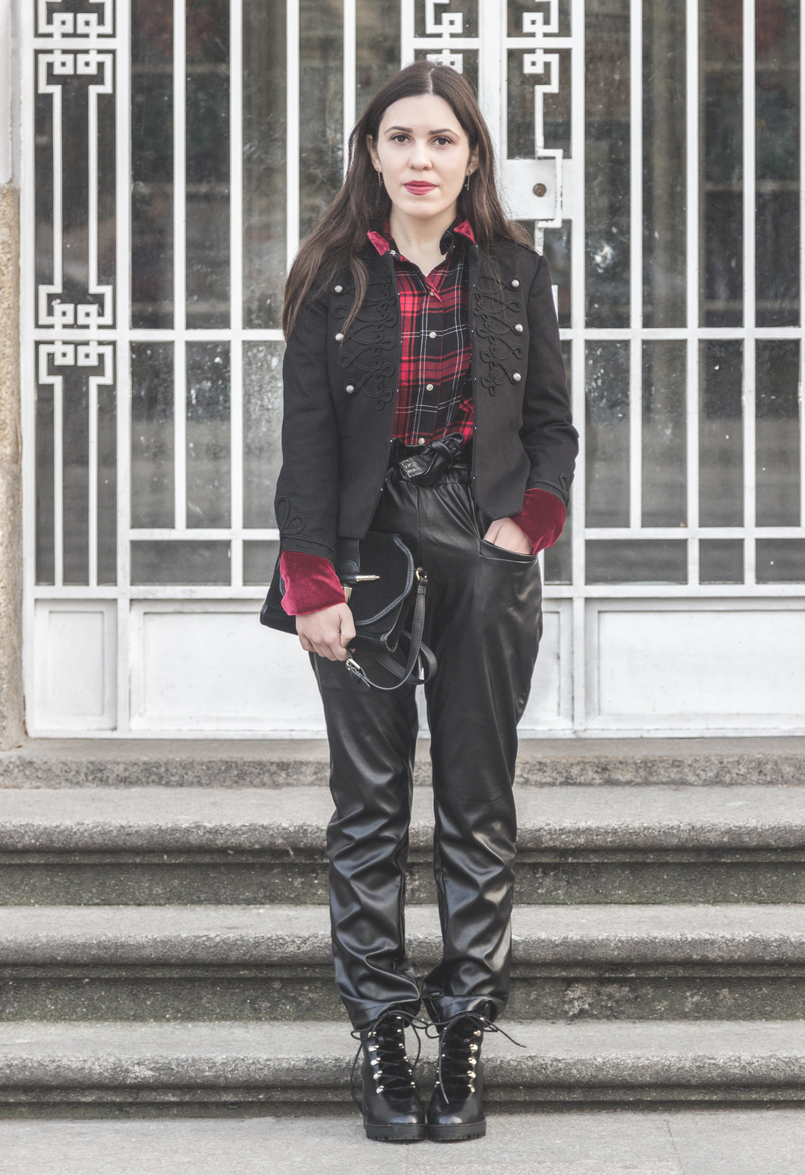 Le Fashionaire Surround yourself with people who make you better tartan red black zara shirt paper bag vinyl shein black trousers black high boots military style stradivarius 1945 EN 805x1175