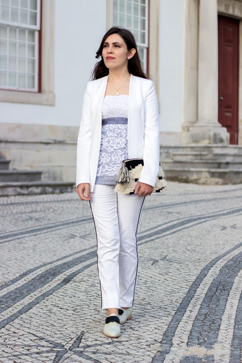 Le Fashionaire Pequenas vitórias top renda caicai azul flores brancas intimissimi blazer branco zara calcas brancas risca preta stradivarius sapatos brancos pele laco preto eureka 9851 PT 805x1208