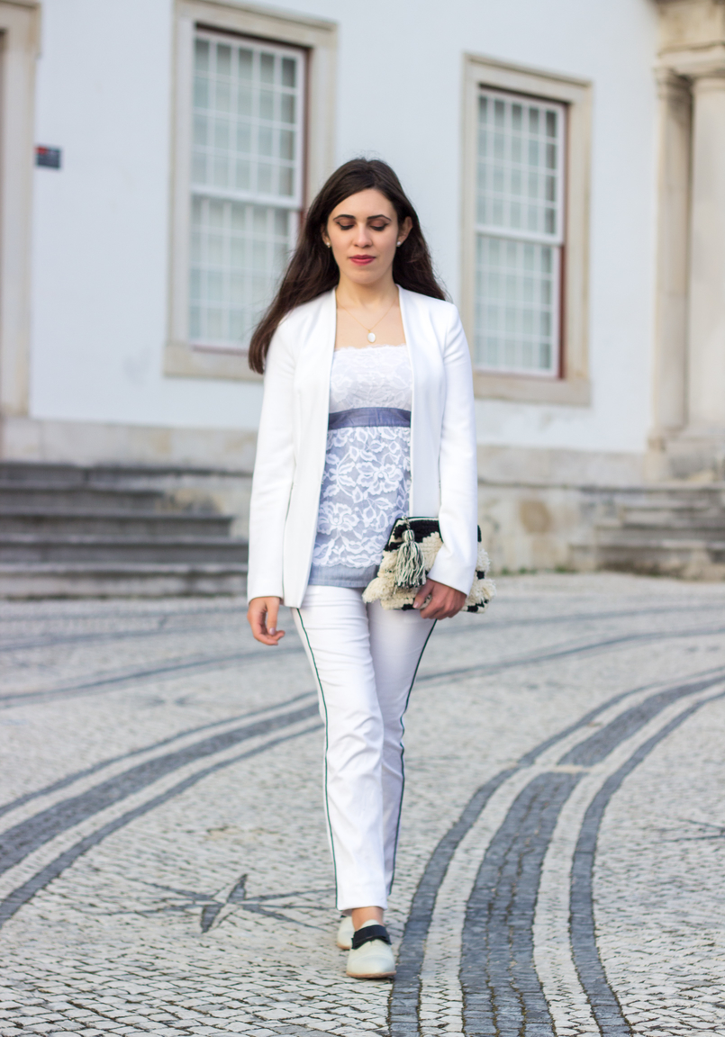 Le Fashionaire Pequenas vitórias top renda caicai azul flores brancas intimissimi blazer branco zara calcas brancas risca preta stradivarius sapatos brancos pele laco preto eureka 9922 PT 805x1152