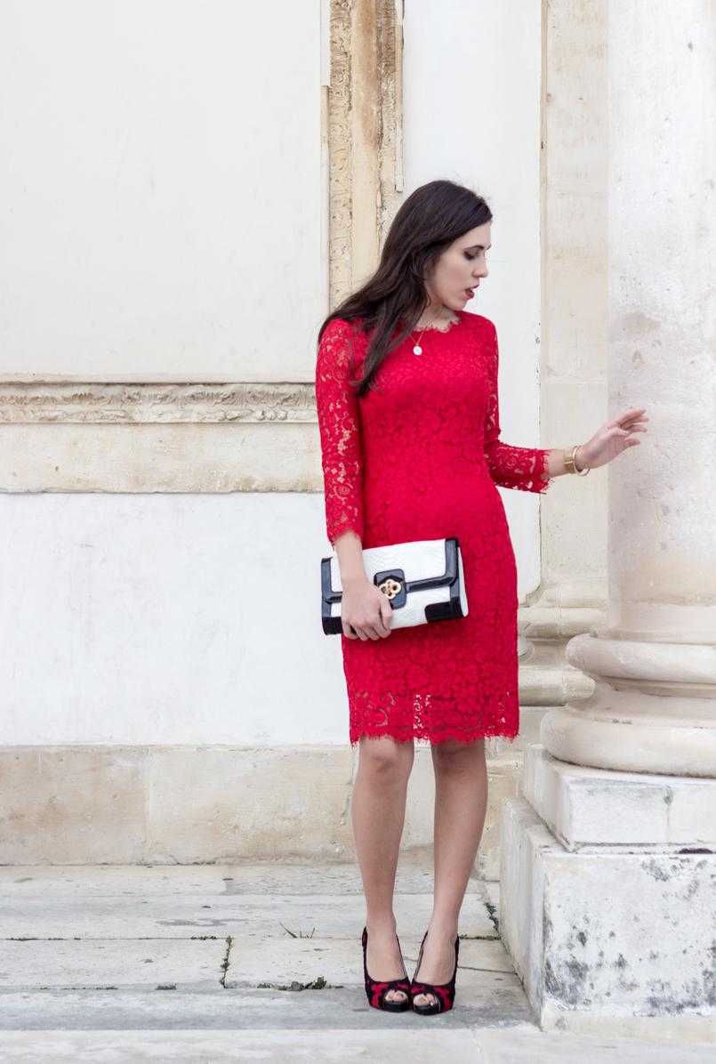 Le Fashionaire Fala me de amor vestido vermelho midi renda hm sapatos vermelhos pretos christian louboutin bordados colar dourado madre perola prata cinco 0037 PT 805x1196
