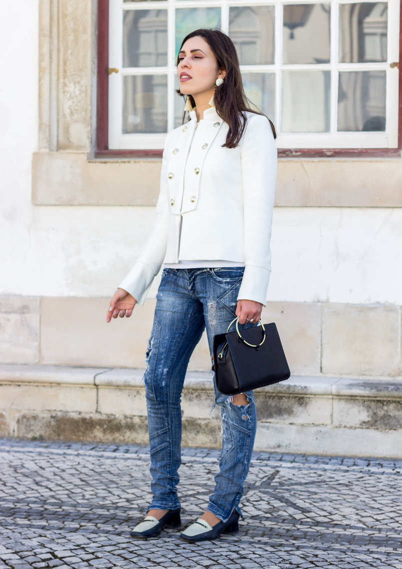 Le Fashionaire Old School white military gold buttons zara new collection jacket ripped denim jeans bershka black white vintage shoes black gold hoop zara bag 2712 EN 805x1139