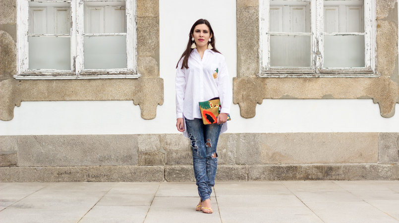 Le Fashionaire Tropical Vibes white oversized zara shirt pineapple pocket denim bershka ripped jeans papaya toucan tropical leather mango clutch 0386F EN 805x450