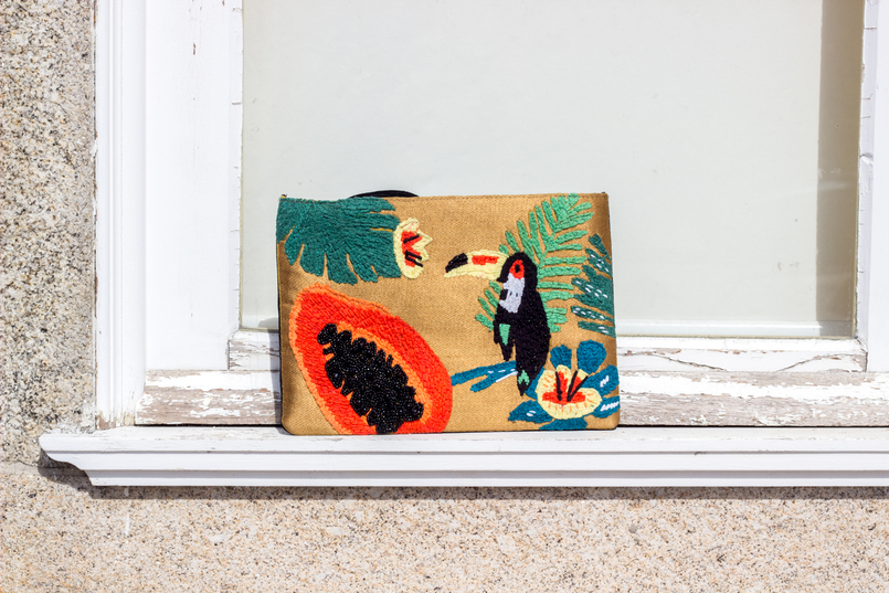 Le Fashionaire Tropical Vibes white window blogger catarine martins fashion inspiration papaya toucan tropical leather mango clutch 0451 EN 805x537