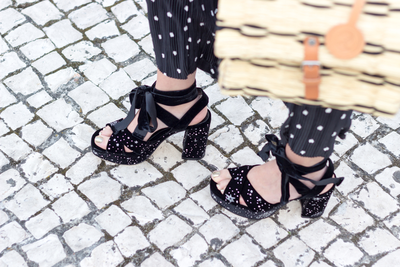 Le Fashionaire Wear confidence black flare oversized polka dots white zara trousers blue silver stars embroidered zara sandals heels toino abel straw basket bag black brown buckle 9961 EN 805x537