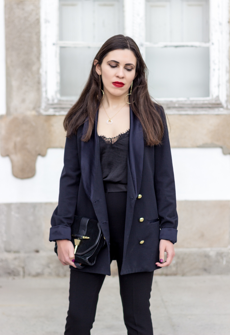 Le Fashionaire How to style pearls and look effortless chic black zara trousers lace black stradivarius top gold long circle hm earrings black gold detail zara clutch 0304 EN 805x1171