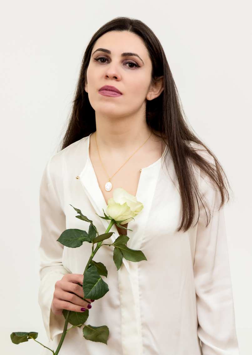 Le Fashionaire Cinco: the jewelry brand you need to know blogger catarine martins fashion inspiration fashion gone rouge mother pearl silver gold white zara silk shirt white rose cinco necklace 1324 EN 805x1131