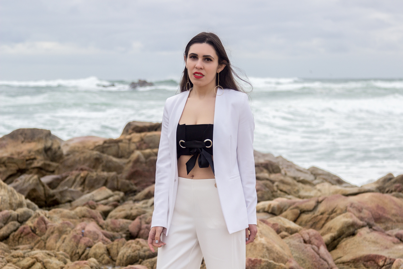 Le Fashionaire Under the skin blogger catarine martins fashion inspiration white zara blazer black mini top bow stradivarius gold long earrings circle hm 7512 EN 805x537