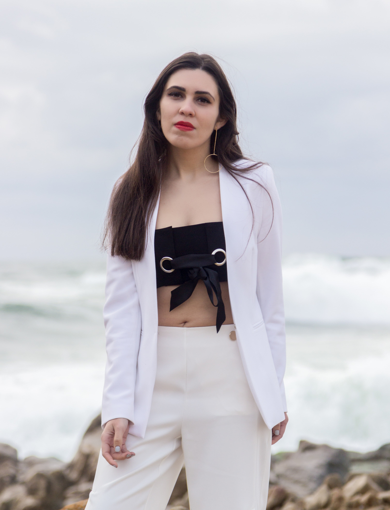 Le Fashionaire Under the skin blogger catarine martins fashion inspiration white zara blazer black mini top bow stradivarius gold long earrings circle hm 7601 EN 805x1051