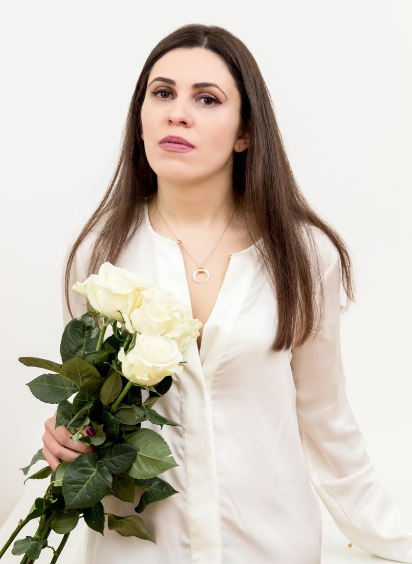 Le Fashionaire Cinco: a marca de jóias do momento blogueira catarine martins moda inspiracao meia lua branca dourado camisa branca seda zara rosa branca colar cinco 1343 PT 805x1102