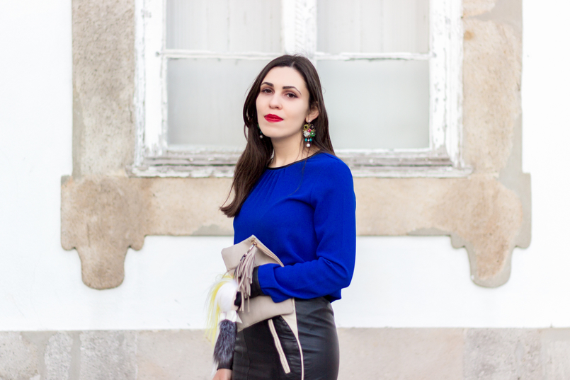 Le Fashionaire How to style gold shoes blue blouse black fists zara flowers big bold old earrings camel leather sfera clutch 8687 EN 805x537