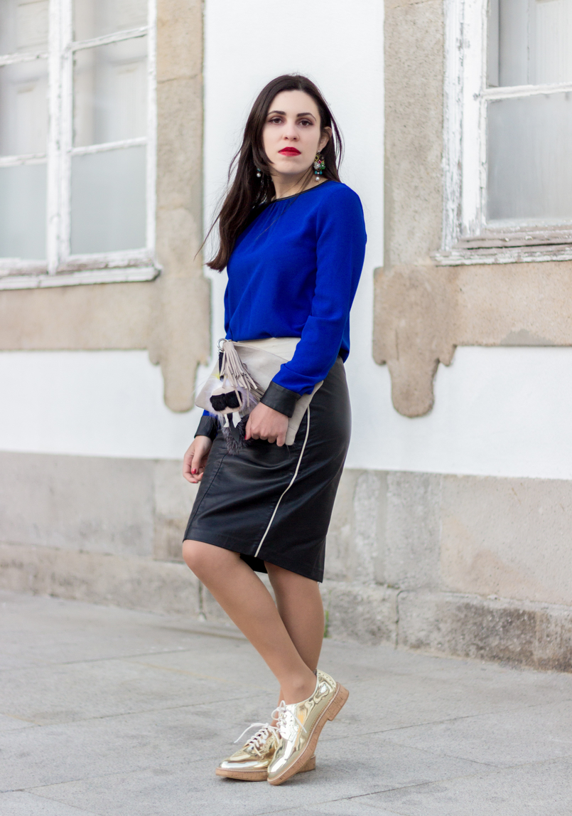 Le Fashionaire How to style gold shoes blue blouse black fists zara pencil leather black white zara skirt gold mango oxford shoes camel leather sfera clutch 8653 EN 805x1147