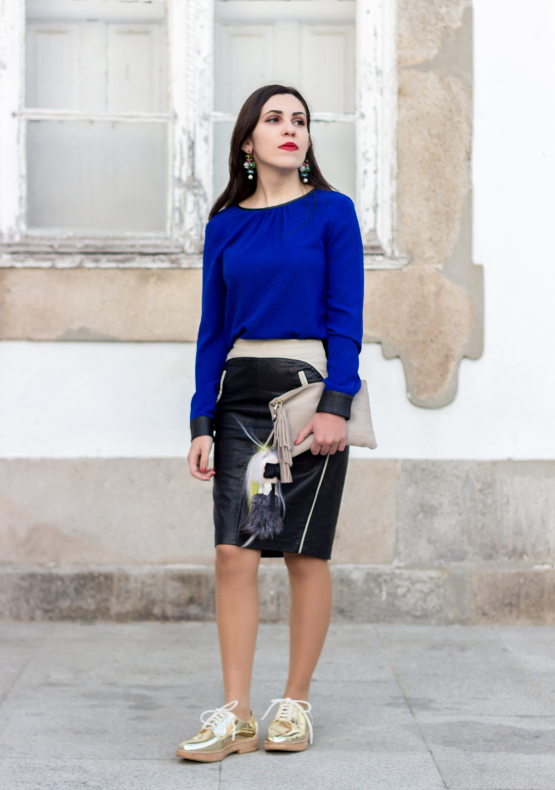 Le Fashionaire How to style gold shoes blue blouse black fists zara pencil leather black white zara skirt gold mango oxford shoes flowers big bold old earrings 8616 EN 805x1145