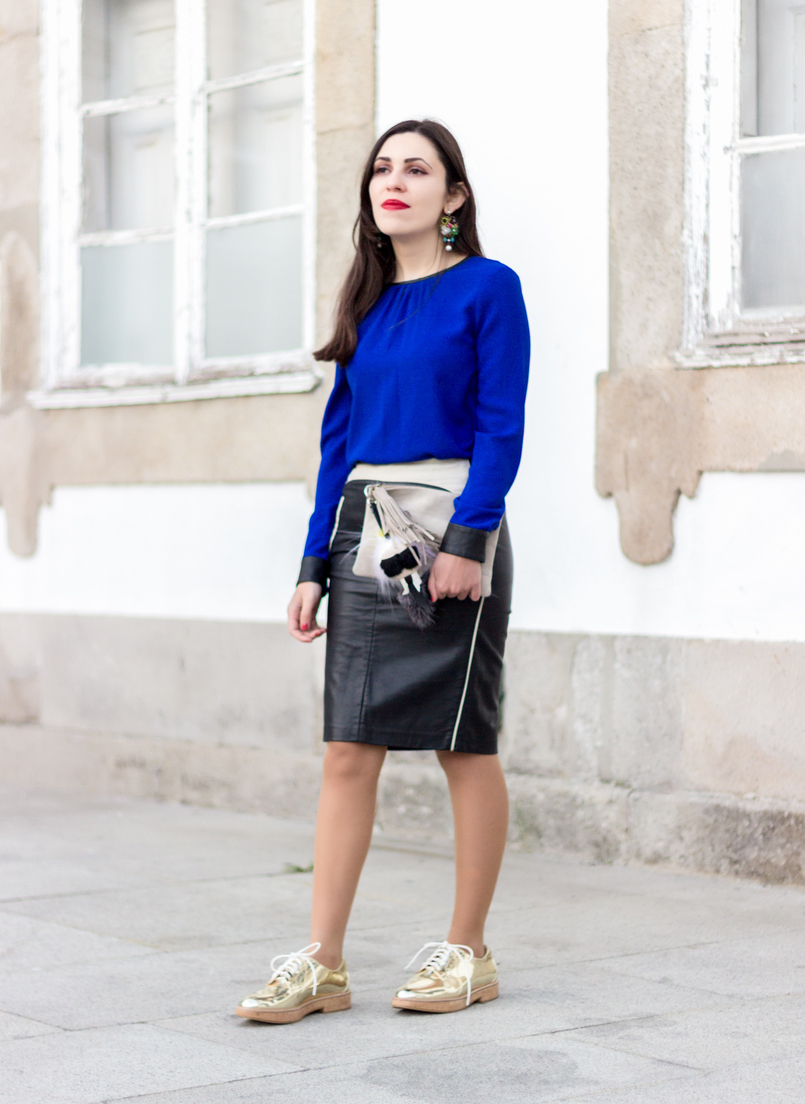 Le Fashionaire How to style gold shoes blue blouse black fists zara pencil leather black white zara skirt gold mango oxford shoes flowers big bold old earrings 8657 EN 805x1104