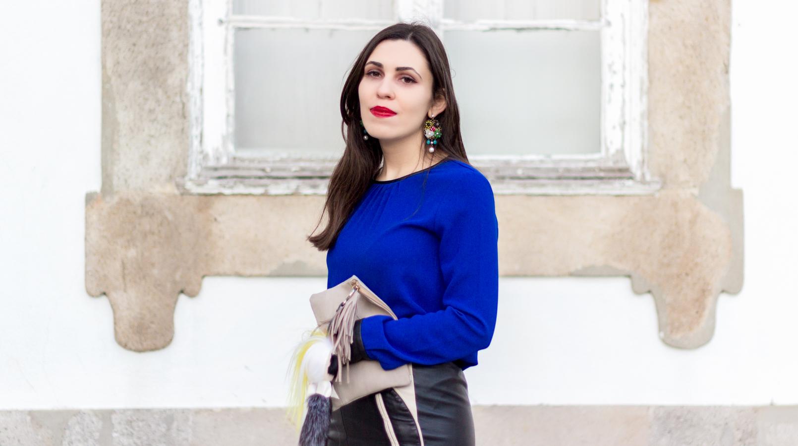 Le Fashionaire Como usar sapatos dourados blusa azulao punhos pretos zara brincos grandes flores antigos clutch pele bege sfera 8687F PT
