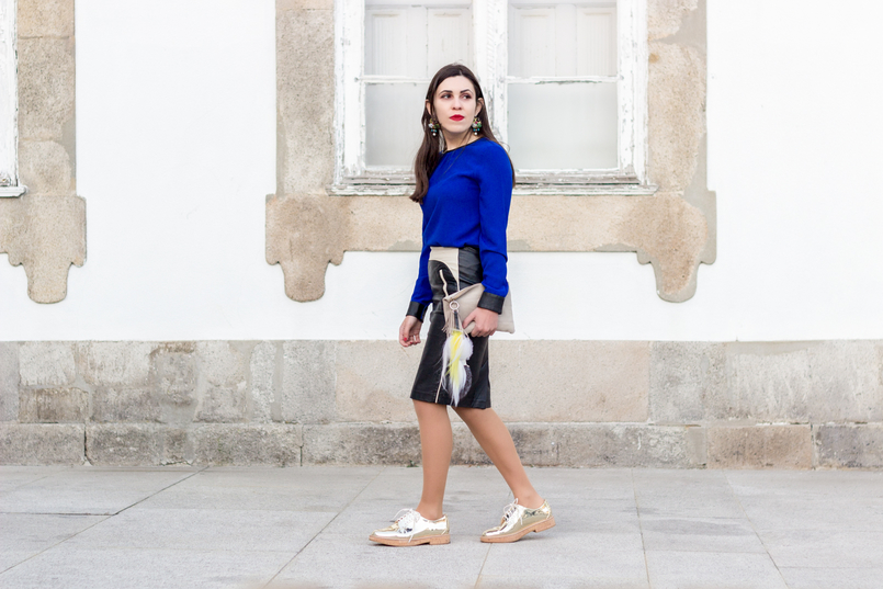 Le Fashionaire Como usar sapatos dourados blusa azulao punhos pretos zara saia pencil pele preta branca stradivarius sapatos oxford dourados mango 8636 PT 805x537