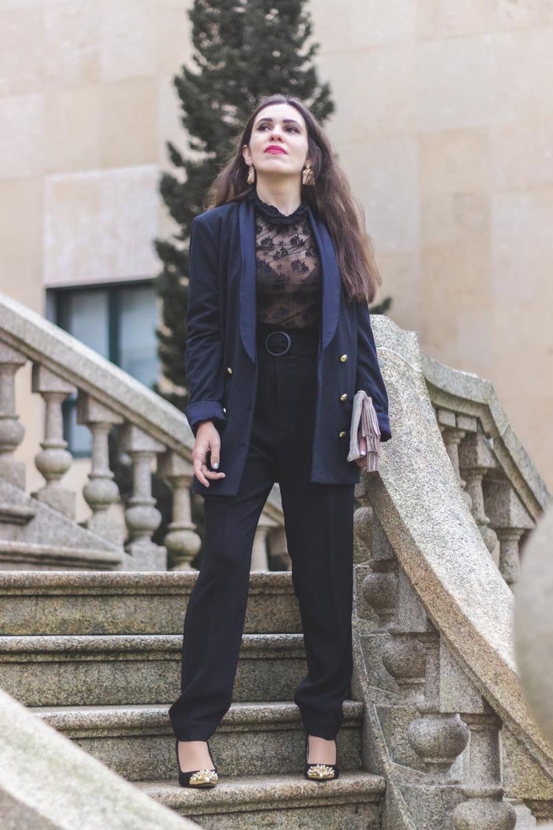 Le Fashionaire É urgente amar blusa renda preta transparente mango calcas paper bag cinto preto mango sapatos pretos biqueira dourada picos zara brincos dourados franjas hm 7934 PT 805x1208