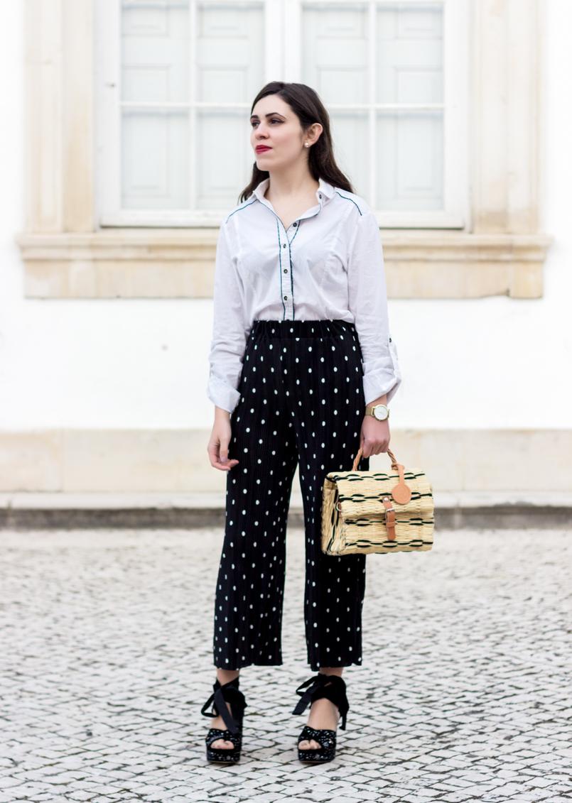 Le Fashionaire A confiança veste se? calcas largas pretas bolinhas brancas zara camisa branca azul escuro bershka sandalias veludo estrelas prateadas bordadas azul 9931 PT 805x1131