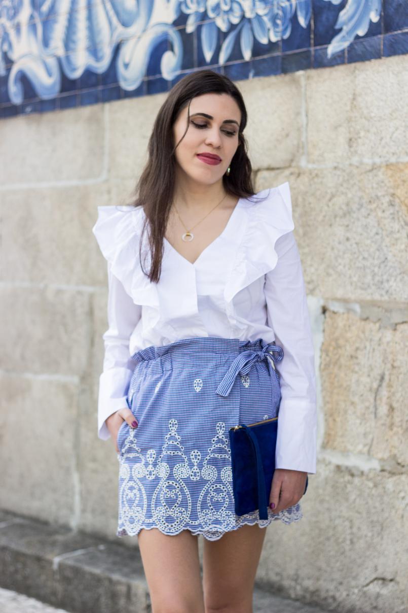 Le Fashionaire As pessoas que nos inspiram sem saberem calcoes saia padrao vichy branco azul zara camisa folhos branca mango colar meia lua branca dourado prata cinco 0460 PT 805x1208
