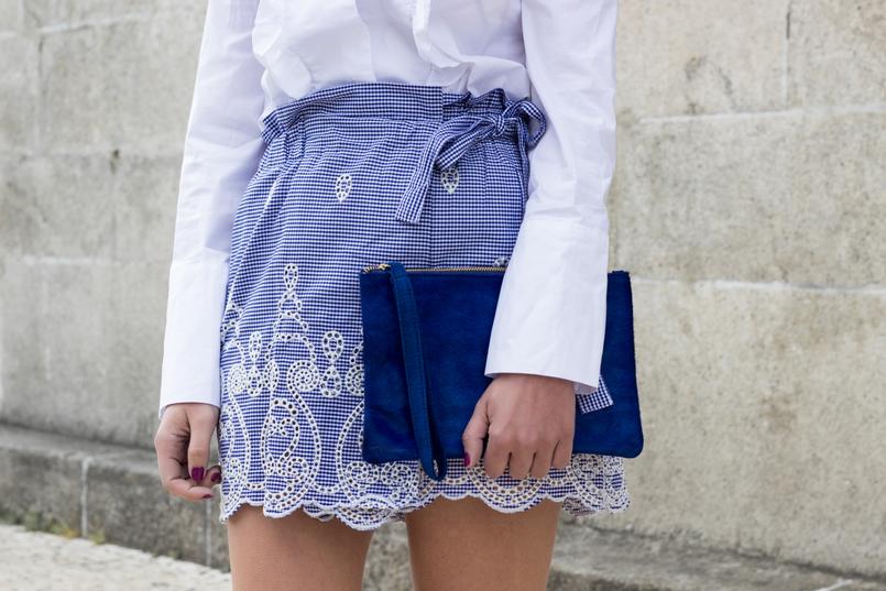 Le Fashionaire As pessoas que nos inspiram sem saberem calcoes saia padrao vichy branco azul zara clutch pele azul majorelle sfera 0493 PT 805x537