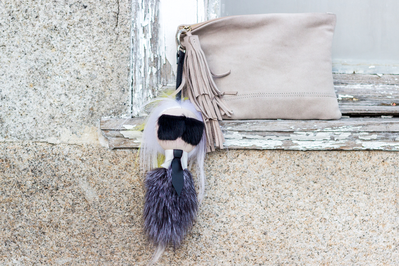 Le Fashionaire How to style gold shoes camel leather sfera clutch karl lagerfeld faux fur key chain black white grey 8644 EN 805x537