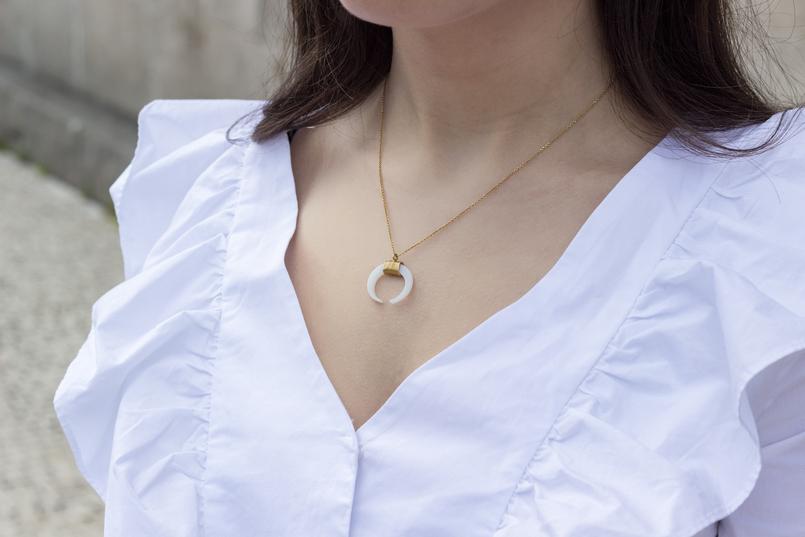 Le Fashionaire As pessoas que nos inspiram sem saberem camisa folhos branca mango colar meia lua branca dourado prata cinco 0497 PT 805x537