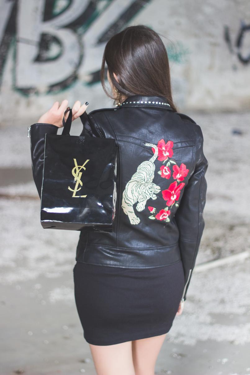 Le Fashionaire Debaixo de olho com a Yves Saint Laurent casaco cabedal bordado leopardo flor vermelha stradivarius saia tachas prateadas stradivarius saco compras dourado ysl preto 6988 PT 805x1208
