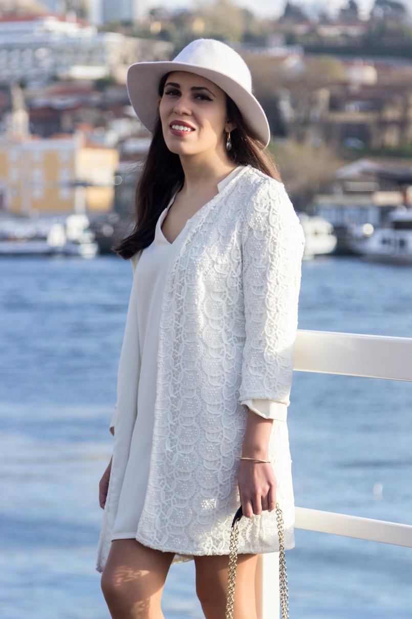 Le Fashionaire Isso do karma é real? chapeu branco detalhe dourado hm vestido branco largo zara casaco branco bordado primavera zara 8159 PT 805x1208