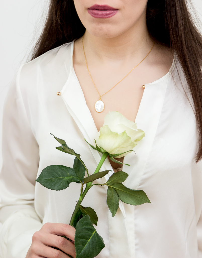 Le Fashionaire Cinco: the jewelry brand you need to know fashion inspiration fashion gone rouge mother pearl silver gold white zara silk shirt white rose cinco necklace 1321 EN 805x1027