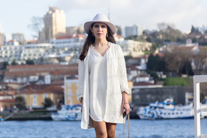 Le Fashionaire Is Karma real? fashion inspiration white hm hat gold detail white oversized zara dress spring white embroidered zara coat cristal nude swarovski earrings 8193 EN 805x537