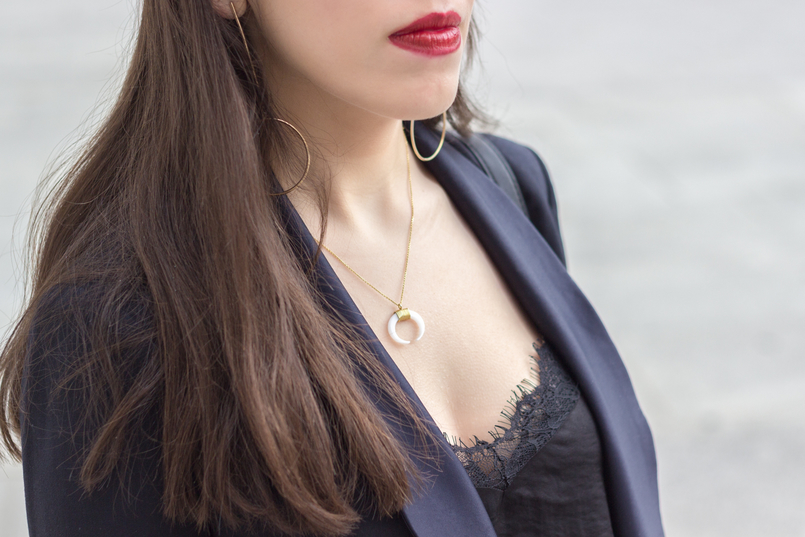 Le Fashionaire How to style pearls and look effortless chic lace black stradivarius top gold long circle hm earrings silver gold cinco white halfmoon necklace 0333 EN 805x537