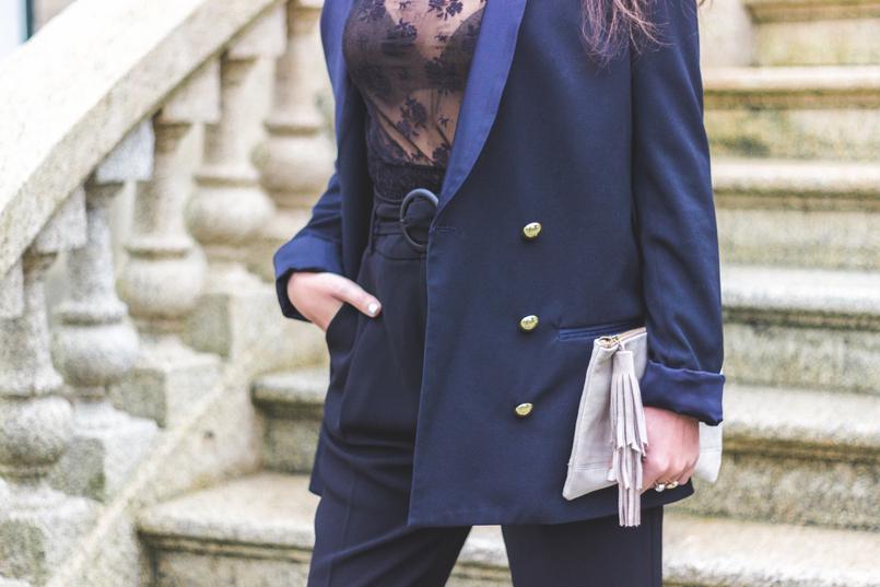 Le Fashionaire It's urgent to love lace transparent black mango blouse oversized black zara blazer gold buttons camel leather sfera clutch 7926 EN 805x537