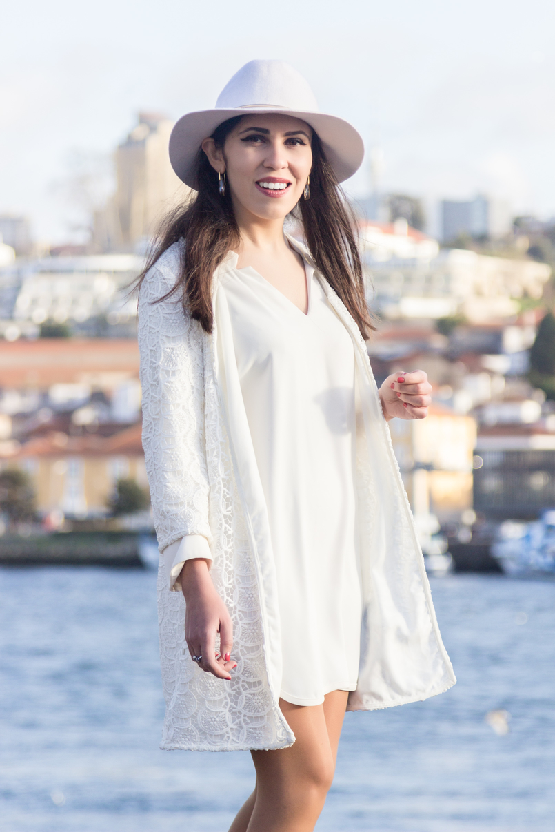 Le Fashionaire Isso do karma é real? moda inspiracao chapeu branco detalhe dourado hm vestido branco largo zara casaco branco bordado primavera zara brincos beges cristal swarovski 8253 PT 805x1208