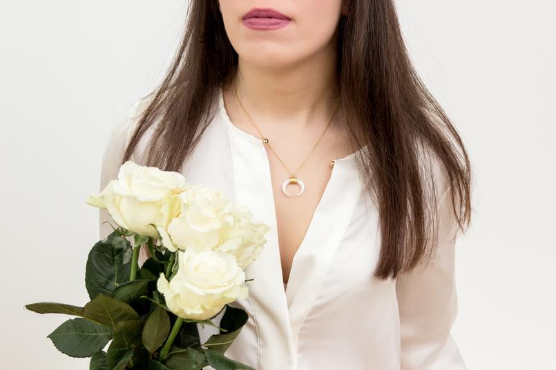 Le Fashionaire Cinco: a marca de jóias do momento moda inspiracao meia lua branca dourado camisa branca seda zara rosa branca colar cinco 1347 PT 805x537