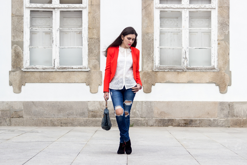 Le Fashionaire How to wear an orange blazer orange zara structured blazer denim ripped zara jeans embroidered white zara shirt 7253 EN 805x537