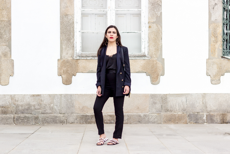 Le Fashionaire How to style pearls and look effortless chic oversized black gold buttons zara blazer black zara trousers black white pearls flip flops zara sandals lace black stradivarius top 0315 EN 805x537
