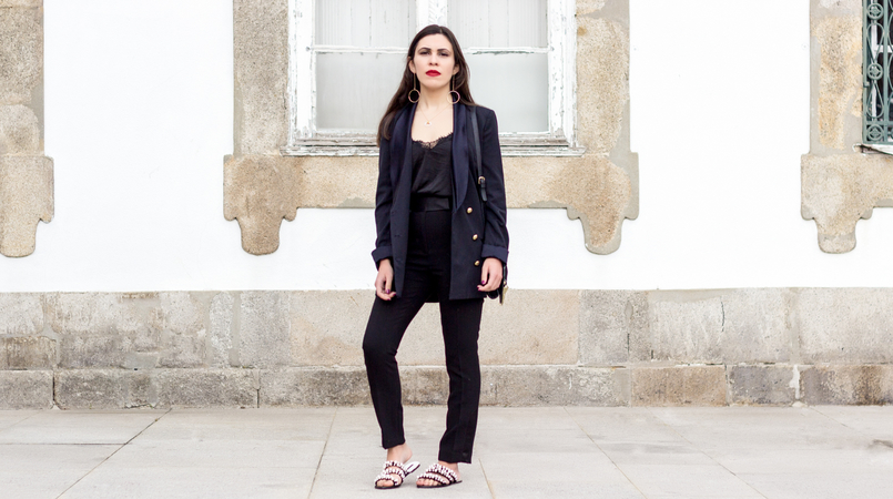 Le Fashionaire How to style pearls and look effortless chic oversized black gold buttons zara blazer black zara trousers black white pearls flip flops zara sandals lace black stradivarius top 0315F EN 805x450